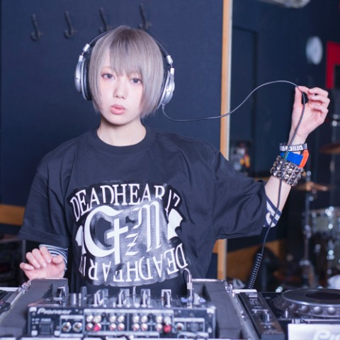 DJをする篠崎こころ
